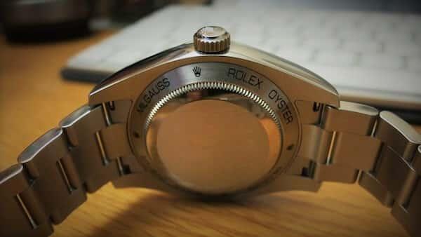 nel Rolex Millagauss, sulla cassa è incisa una lettera B con una freccia sopra rivolta verso destra, simbolo della densità del flusso magnetico