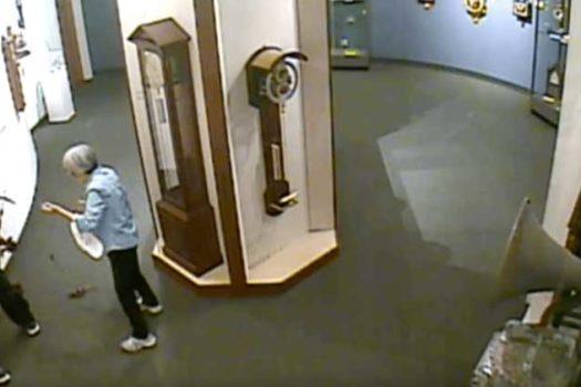 Antico orologio distrutto in un museo da un visitatore