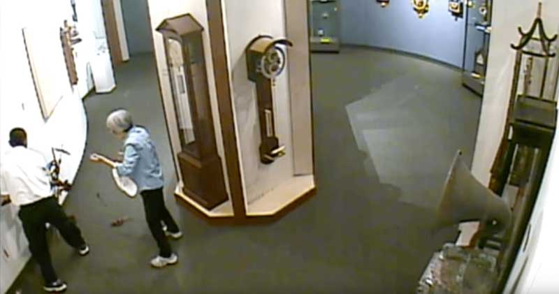 antico orologio distrutto in un museo