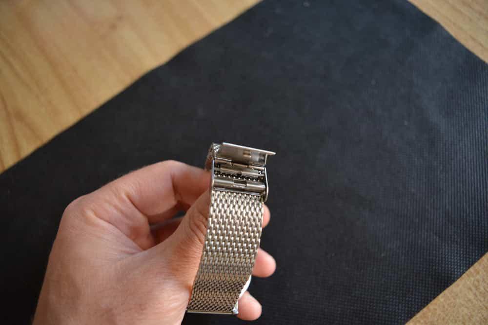 RM913 Milanese Chrono Grey ha una fibbia di tipo deployante in acciaio inox
