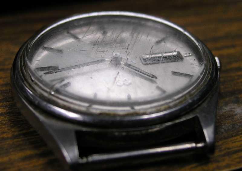 orologio con vetro graffiato