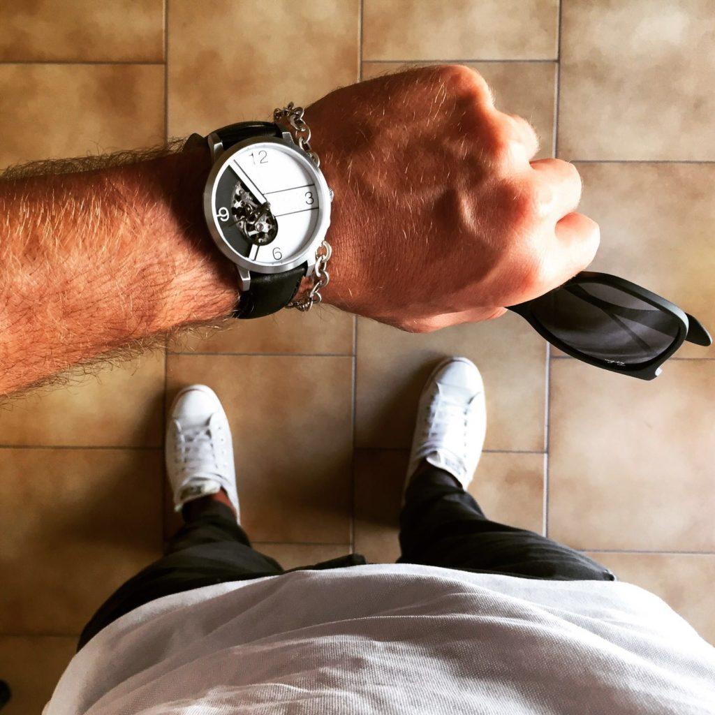 orologio EONIQ indossato indossato al polso