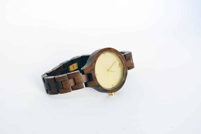 orologio in legno marrone woodstar matis