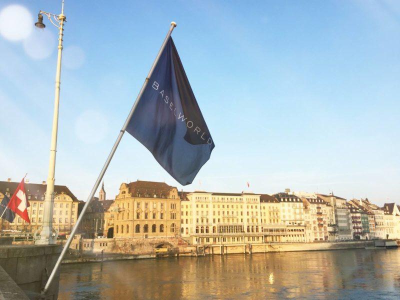 La bandiera della fiera Baselworld a Basilea.