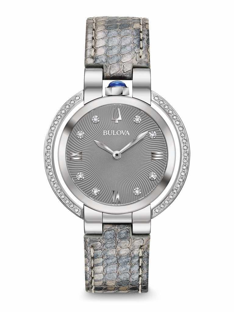 A un secolo di distanza dal primo lancio della collezione omaggia un modello a suo modo storico. Con 50 diamanti sull'ala della cassa e agli indici.
