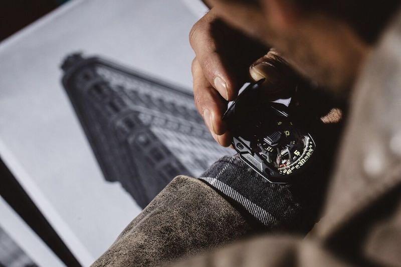 """In occasione del suo ventesimo compleanno - 1997-2017 - Urwerk ha presentato un orologio ispirato al soggiorno newyorchese dei due fondatori Martin Frei e Felix Baumgartner subito dopo la nascita della Maison: la profonda scanalatura della cassa dell'UR- 105 CT Streamliner intende richiamare infatti l'estrema verticalizzazione dei grattacieli della Grande Mela. Il modello """"Iron"""" con cassa in titanio e acciaio e cinturino nero in alligatore/caucciù ha un prezzo pari a 69.500,00 euro ed è in edizione limitata a 50 esemplari"""