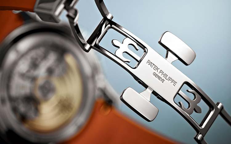 Il cinturino in materiale composito è impreziosito da un rilievo che ricorda quello del quadrante. La fibbia è di tipo déployante.