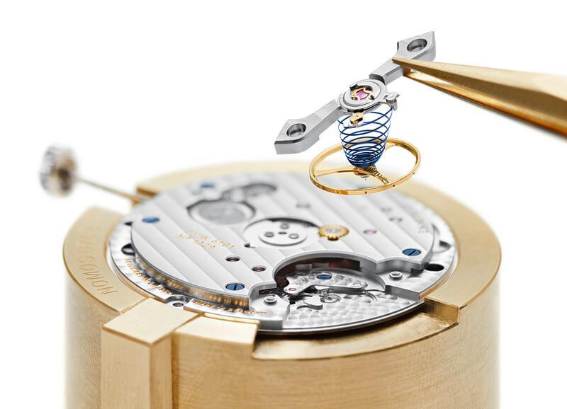 L'assemblaggio del Nomos Swing- System sul nuovo calibro Duw 6101