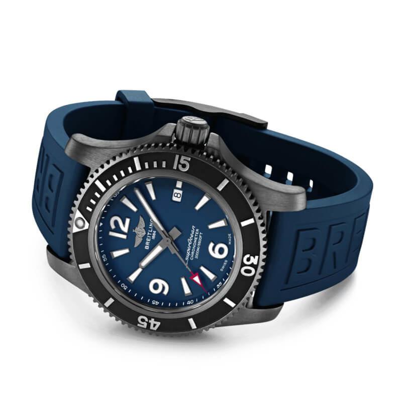 Si rinnova uno dei classici dell'orologeria subacquea Breitling, il Superocean con nuovi quadranti e una proposta di cinque diametri differenti, tra cui il Superocean Automatic 46, che arriva fino a ben 2.000 metri di profondità. Con cassa in acciaio Dlc nero, è