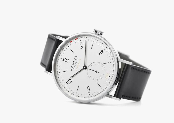 Il Tangente neomatik 41 Update (Ref. 180, prezzo di 3.200 euro) adotta l'originale datario ideato da Nomos Glashütte e protetto da brevetto. L'orologio ha la cassa in acciaio da 40,5 mm e il quadrante protetto da vetro zaffiro