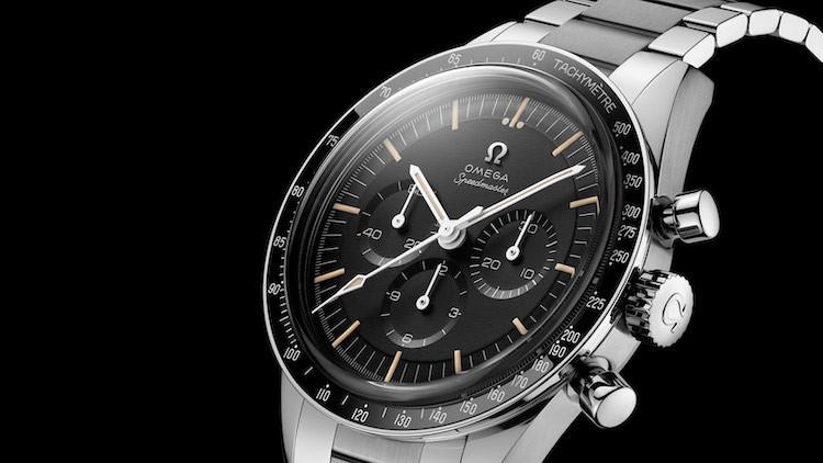 Cassa simmetrica, quadrante con scalino, bracciale a maglie squadrate: il Moonwatch 321 è praticamente identico alla referenza 105.003 del 1964.