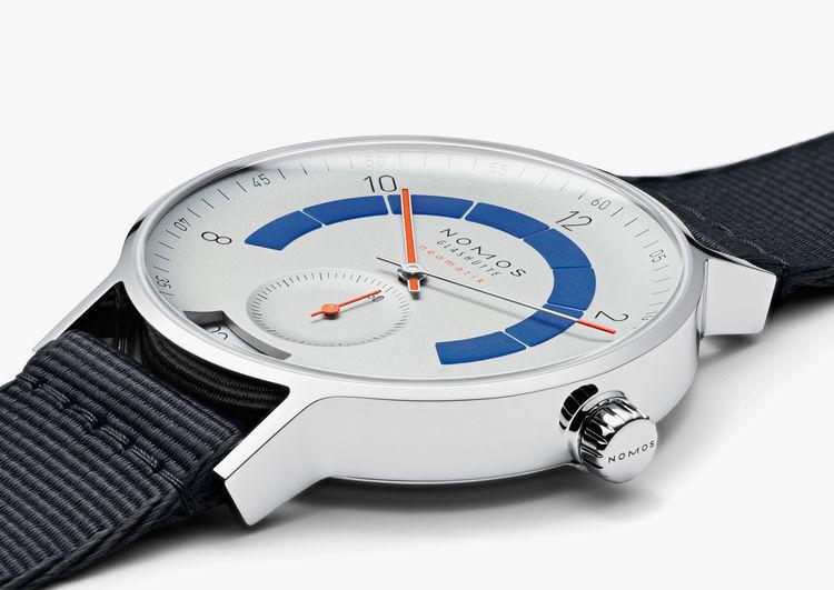 La corona è personalizzata. Dalla foto si può notare la particolare inclinazione delle anse, per rendere l'orologio più confortevole al polso.